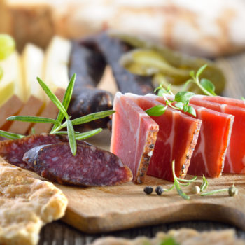 Gemischte Südtiroler Törggelen-Brotzeit mit Speck, Käse und Kaminwurzen