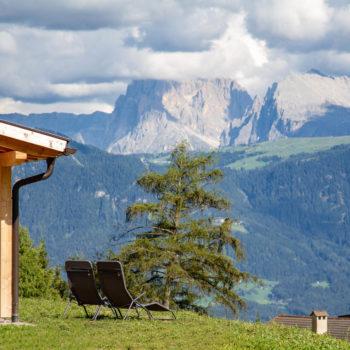 Liegewiese am Oberpfaffstallerhof mit herrlichen Blick auf den Lang- und Plattkofel auf der Seiser Alm